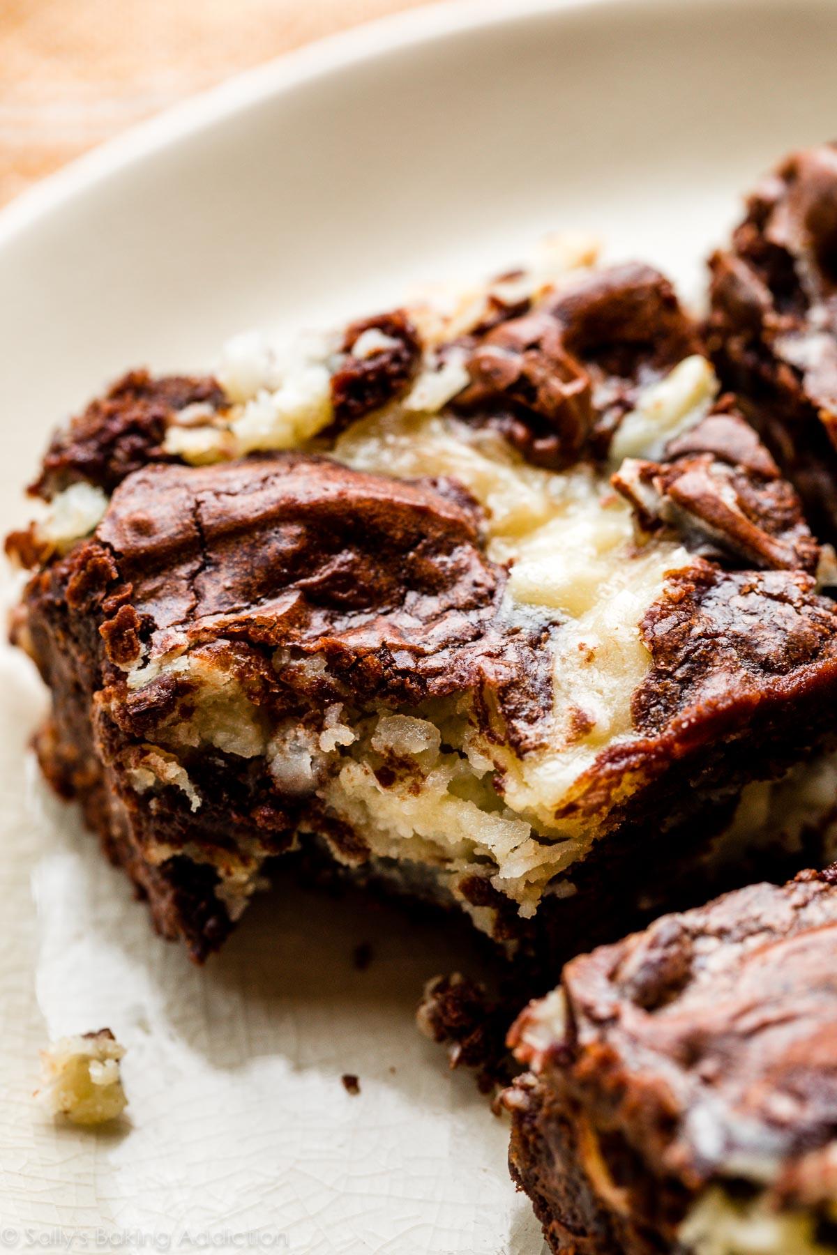 brownie au chocolat avec tourbillon de gâteau au fromage à la noix de coco