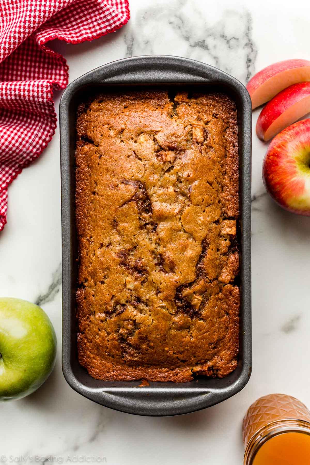 pain rapide aux pommes et à la cannelle dans un moule à pain
