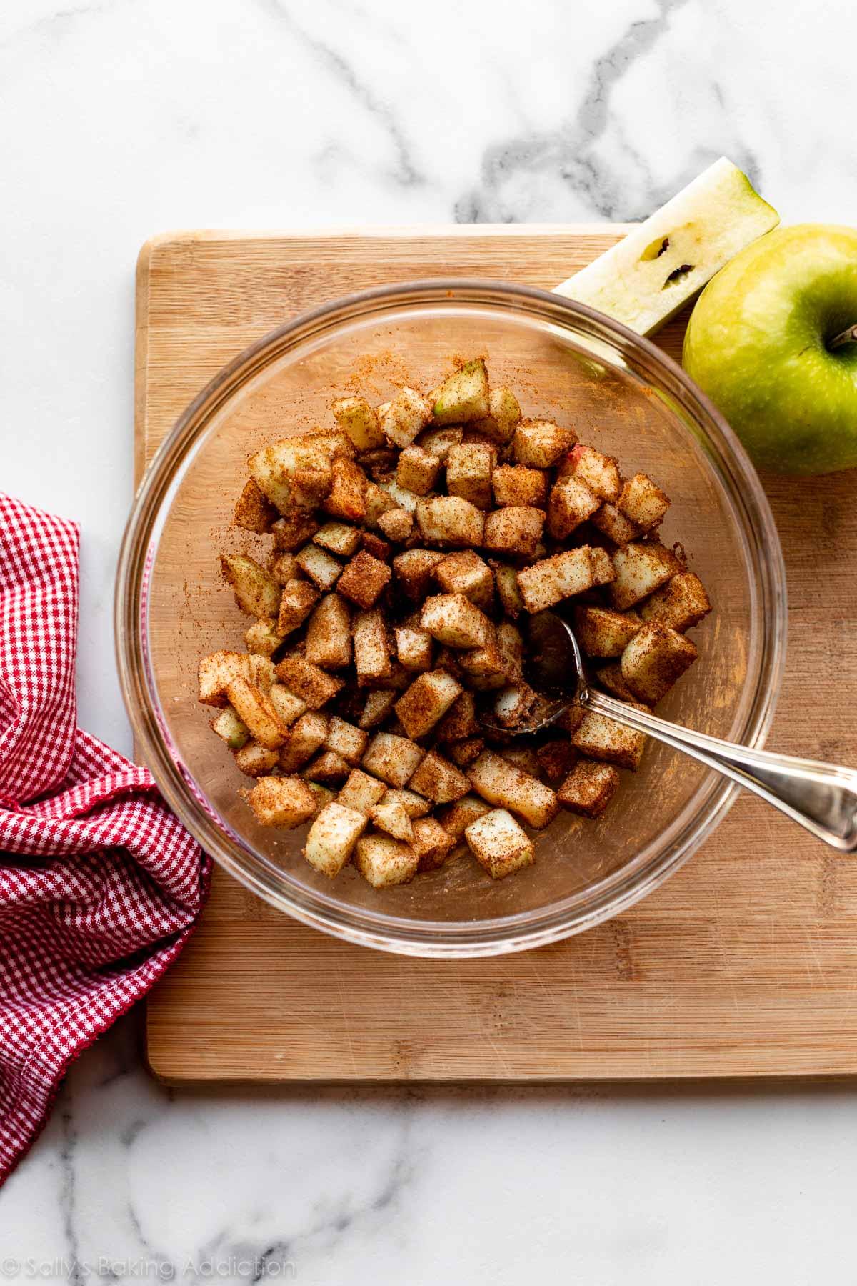 pommes hachées mélangées à la cassonade et à la cannelle