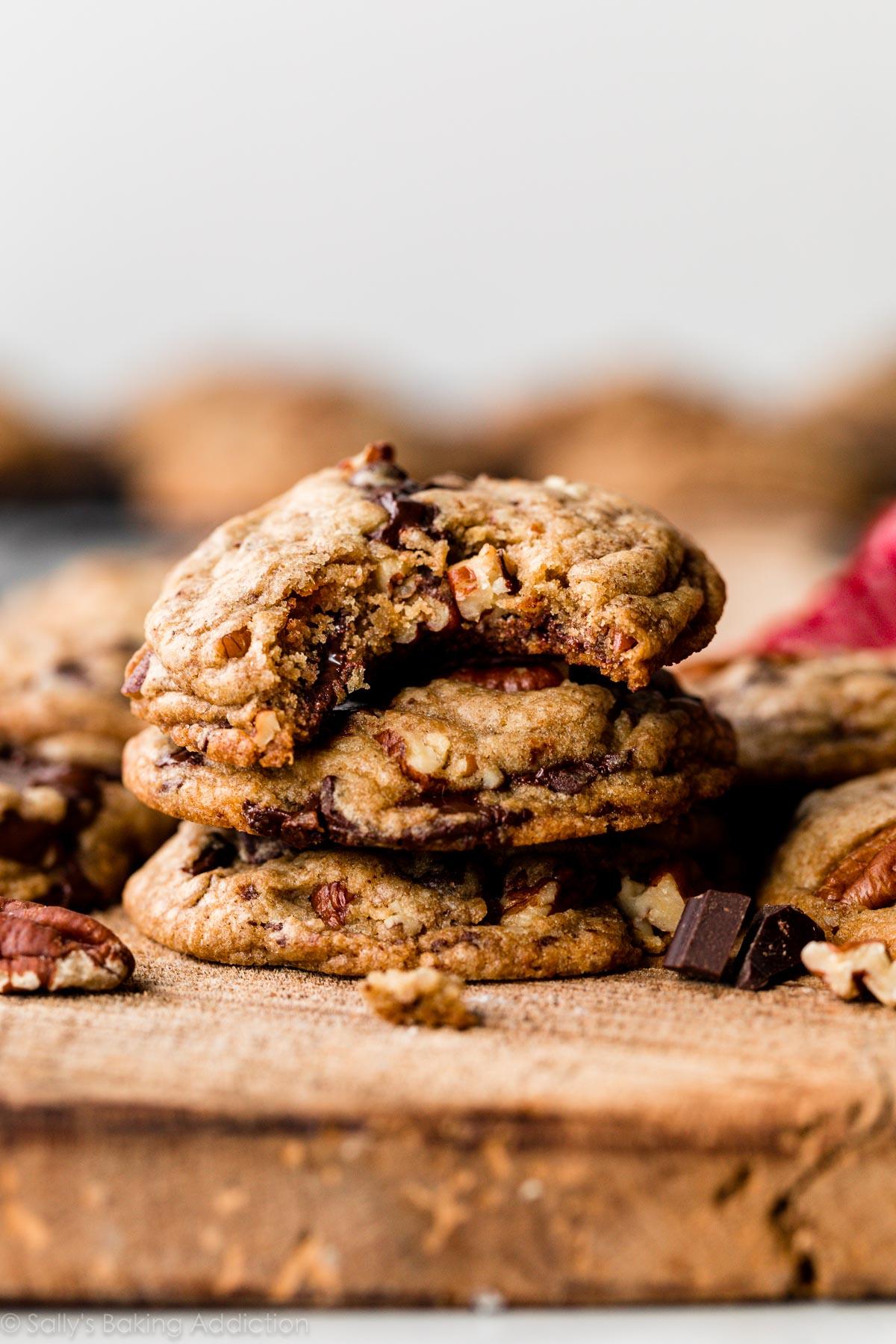 pile de biscuits au beurre brun à base de chocolat noir et de pacanes
