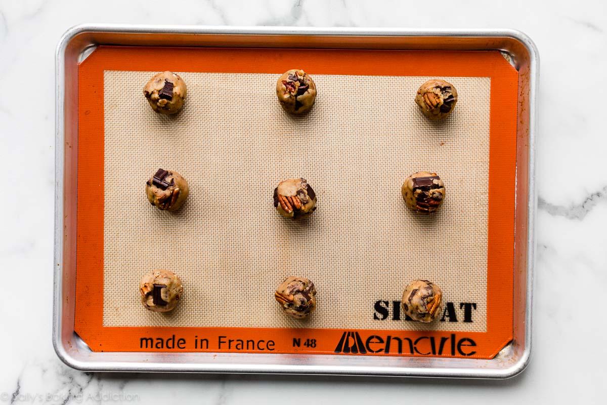boules de pâte à biscuits sur une plaque à pâtisserie