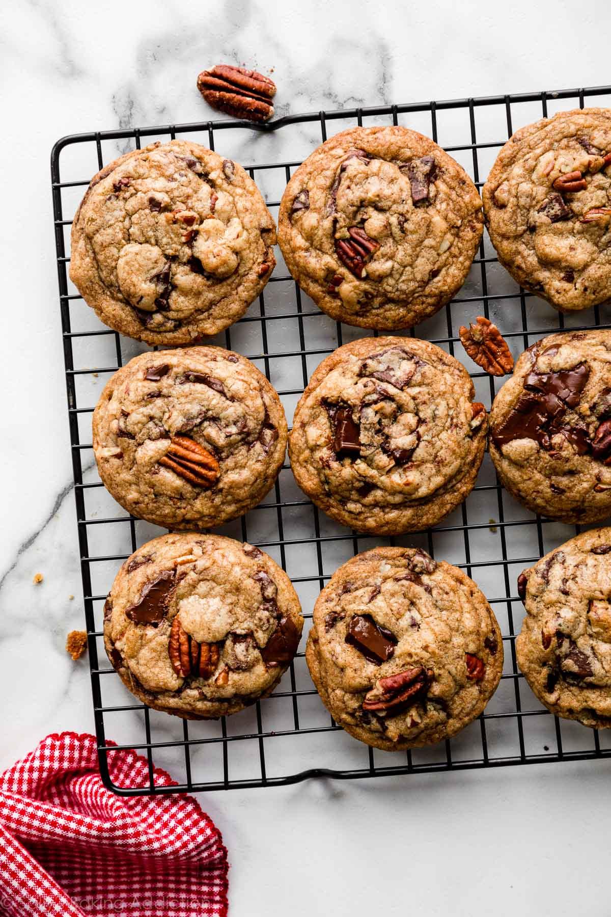 Biscuits aux pacanes et au chocolat noir au beurre brun sur une grille de refroidissement