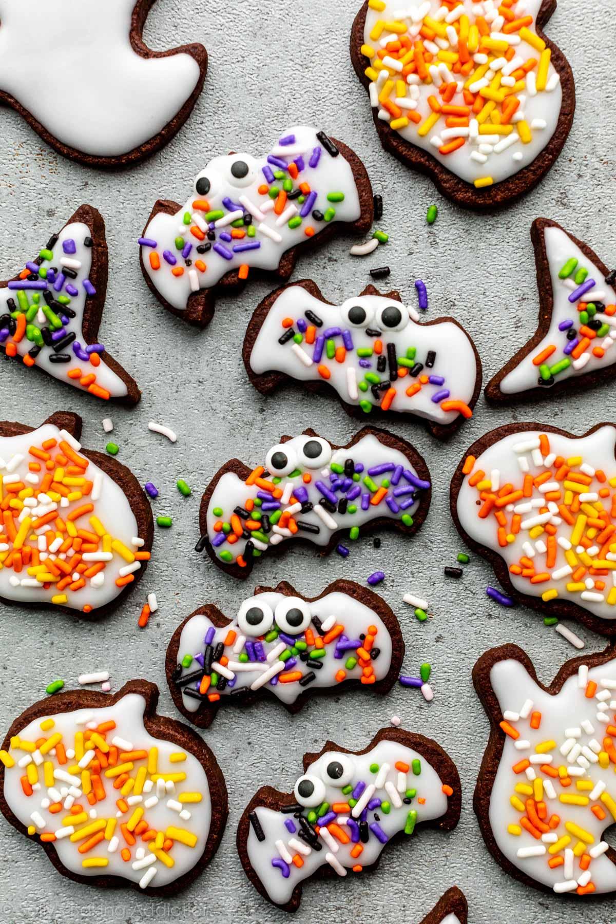 Biscuits au sucre au chocolat d'Halloween décorés d'un glaçage facile et de pépites