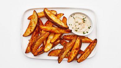 Photo of Frites de pommes de terre aux épices Air Fryer avec sauce au yogourt et au tahini