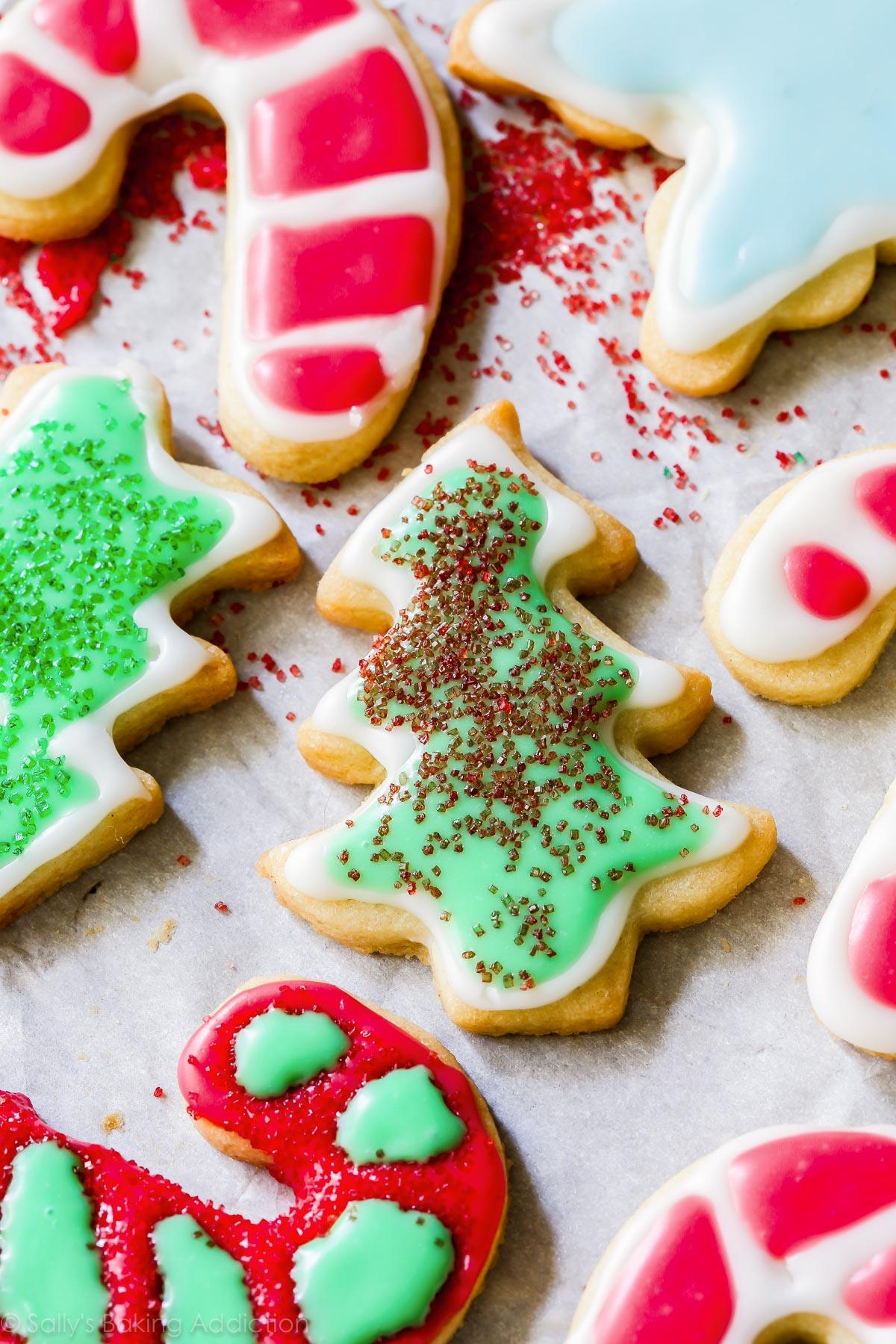 Biscuits de Noël avec glaçage et pépites de biscuits
