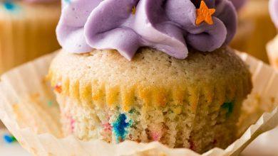 Photo of Saupoudrer les cupcakes de crème au beurre violette